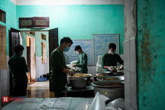 Lạng Sơn: Nhộn nhịp căn bếp ấm tình quân dân tại trại cách ly - Ảnh 2