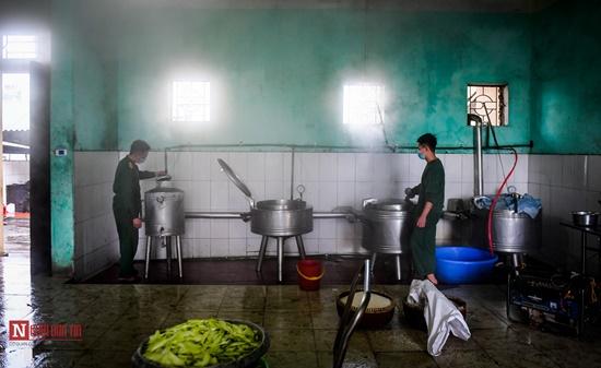 Lạng Sơn: Nhộn nhịp căn bếp ấm tình quân dân tại trại cách ly - Ảnh 3