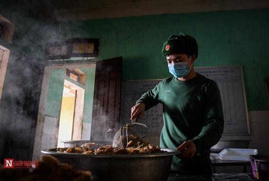 Lạng Sơn: Nhộn nhịp căn bếp ấm tình quân dân tại trại cách ly - Ảnh 6