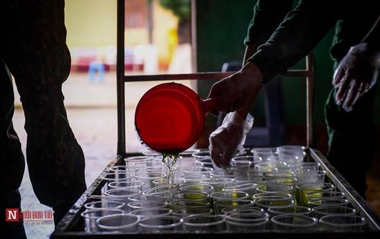 Lạng Sơn: Nhộn nhịp căn bếp ấm tình quân dân tại trại cách ly - Ảnh 9