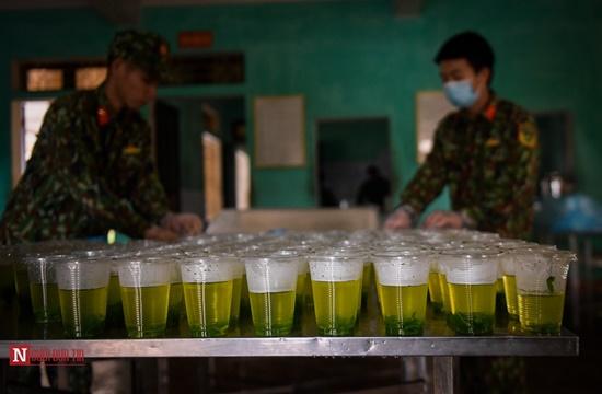 Lạng Sơn: Nhộn nhịp căn bếp ấm tình quân dân tại trại cách ly - Ảnh 10