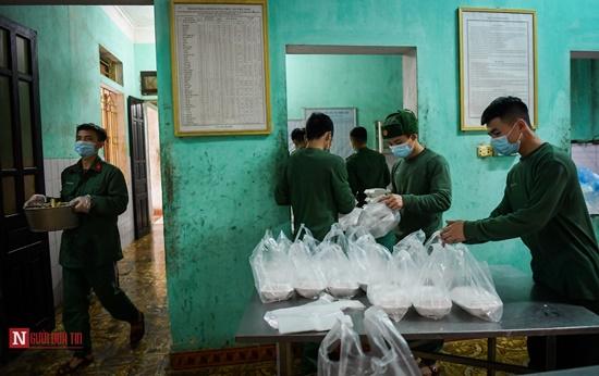 Lạng Sơn: Nhộn nhịp căn bếp ấm tình quân dân tại trại cách ly - Ảnh 12