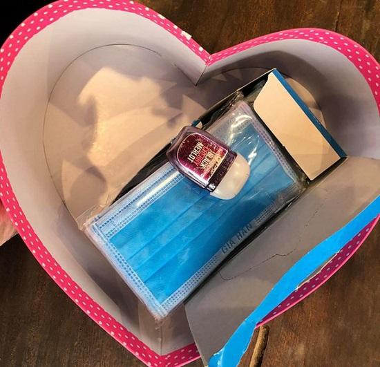 """Ưng Hoàng Phúc gây bất ngờ khi tặng vợ quà Valentine """"siêu độc"""" - Ảnh 2"""