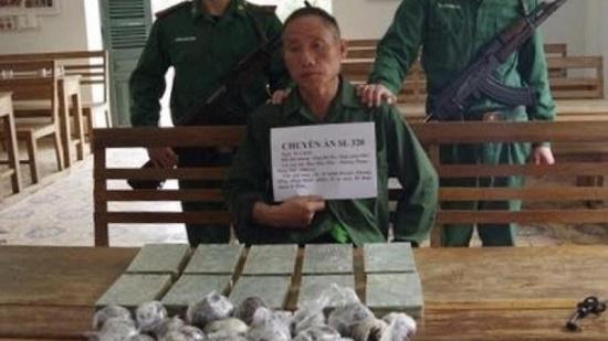 Bắt quả tang đối tượng vận chuyển thuê số lượng lớn heroin từ Lào về Việt Nam - Ảnh 1