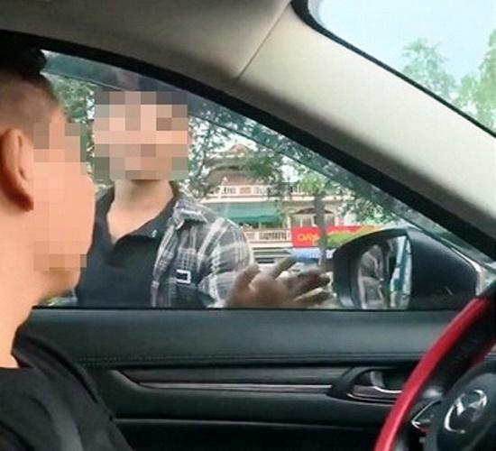 """Bắt khẩn cấp 2 thanh niên chặn ô tô để """"xin đểu"""" tài xế - Ảnh 1"""