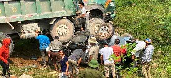 Xe hổ vồ va chạm kinh hoàng với ô tô bán tải, 3 người thoát chết thần kì - Ảnh 2