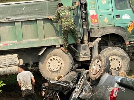 Xe hổ vồ va chạm kinh hoàng với ô tô bán tải, 3 người thoát chết thần kì - Ảnh 4
