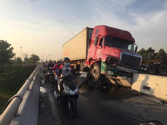 Tin tai nạn giao thông mới nhất ngày 21/3/2020: Tài xế container buồn ngủ, xe leo lên dải phân cách - Ảnh 1