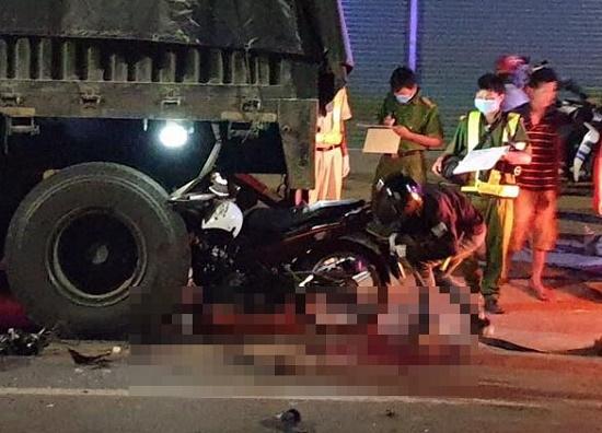 Va chạm kinh hoàng với xe đầu kéo, hai thanh niên đi xe máy tử vong - Ảnh 1