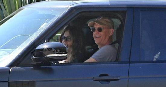 Vợ chồng Tom Hanks lái xe vui vẻ ra đường sau thời gian điều trị Covid-19 - Ảnh 1