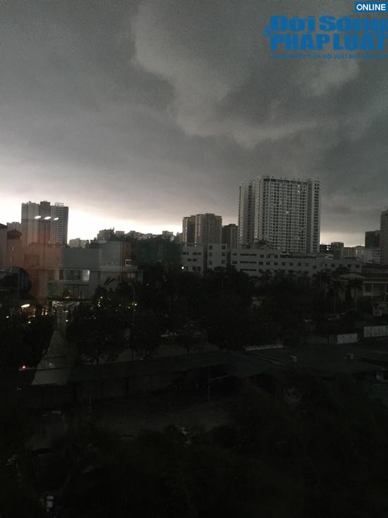 Video: 2h chiều mưa dông ập đến, bầu trời Hà Nội bỗng tối đen giữa ban ngày - Ảnh 1