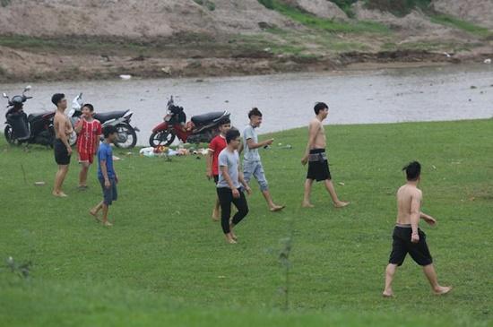 Giữa dịch Covid-19, nhiều người vẫn vui chơi, cắm trại ở chân cầu Vĩnh Tuy - Ảnh 2