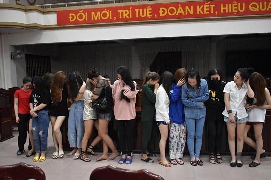Hàng chục nam nữ thanh niên dương tính với ma túy trong quán karaoke lúc rạng sáng - Ảnh 1