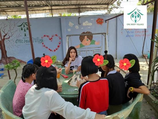 Hoa hậu Khánh Vân xúc động khi ghé thăm tổ chức One Body Village - Ảnh 4