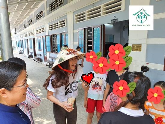Hoa hậu Khánh Vân xúc động khi ghé thăm tổ chức One Body Village - Ảnh 1