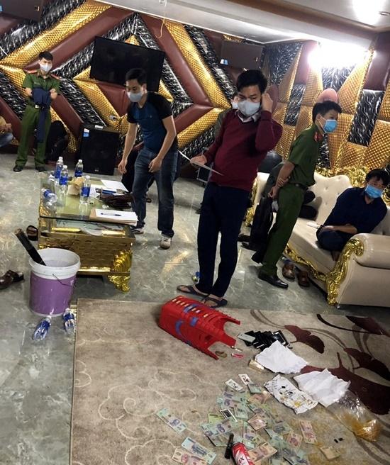 Triệt phá ổ nhóm đánh bạc chuyên nghiệp chỉ hoạt động sau 23h dưới tầng hầm - Ảnh 1