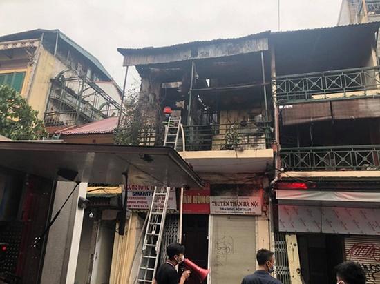 Ngôi nhà trên phố Hàng Ngang bất ngờ lại bùng cháy - Ảnh 1