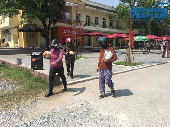 """Cận cảnh hàng trăm người dân Hà Nội đội nắng xếp hàng ở """"ATM gạo"""" để nhận gạo miễn phí - Ảnh 12"""