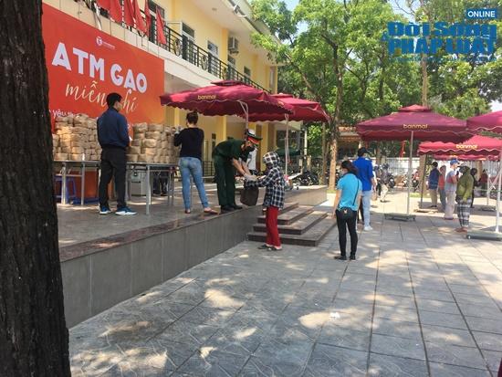"""Cận cảnh hàng trăm người dân Hà Nội đội nắng xếp hàng ở """"ATM gạo"""" để nhận gạo miễn phí - Ảnh 7"""