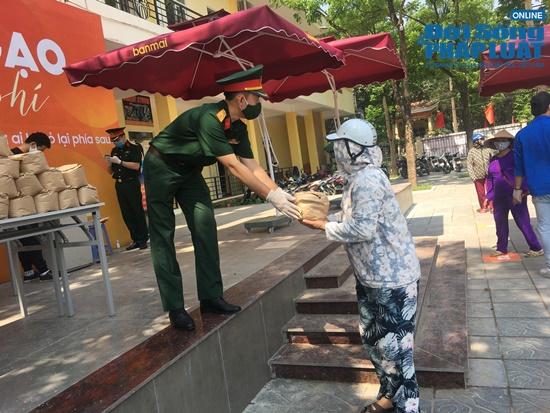 """Cận cảnh hàng trăm người dân Hà Nội đội nắng xếp hàng ở """"ATM gạo"""" để nhận gạo miễn phí - Ảnh 8"""