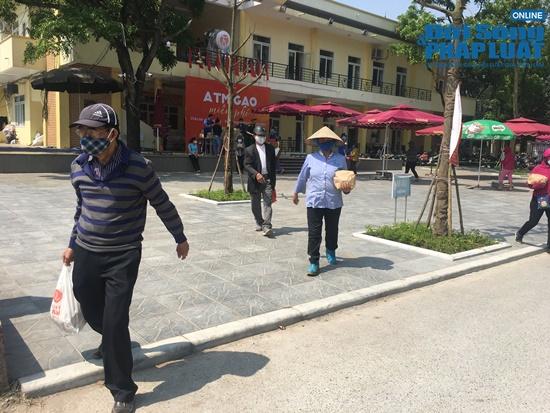 """Cận cảnh hàng trăm người dân Hà Nội đội nắng xếp hàng ở """"ATM gạo"""" để nhận gạo miễn phí - Ảnh 11"""