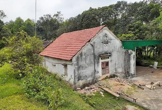 Lợp mái nhà giúp hàng xóm, cụ ông 70 tuổi rơi xuống đất tử vong - Ảnh 1