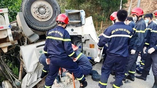 Tin tai nạn giao thông mới nhất ngày 4/42020: Xe bồn chở bê tông lao xuống vực, 1 người tử vong - Ảnh 1