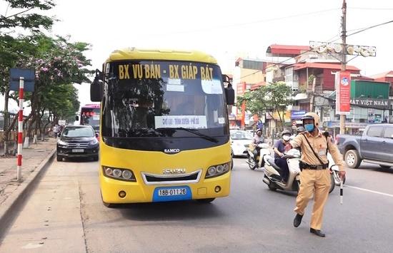 CSGT Hà Nội xử lý nhiều xe khách không thực hiện giãn cách phòng dịch Covid-19 - Ảnh 1