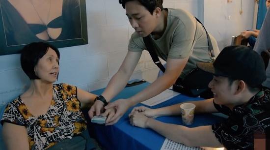 MC Trấn Thành tặng tiền cho nghệ sĩ Hoàng Lan chữa bệnh - Ảnh 1