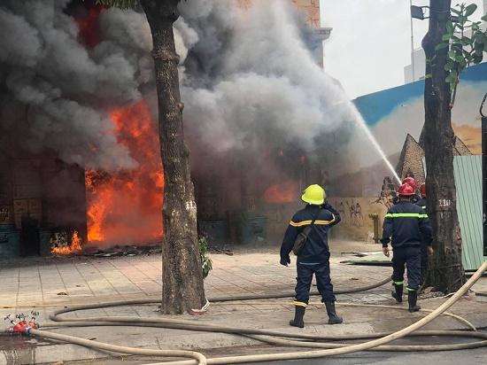 TP.HCM: Quán karaoke bất ngờ bị lửa lớn thiêu rụi giữa trưa, người dân hoảng loạn tháo chạy - Ảnh 1