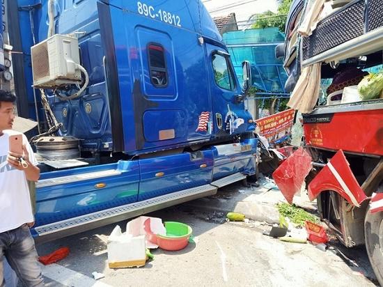 Xe khách và container đấu đầu kinh hoàng, cựu giáo viên tử vong thương tâm - Ảnh 2