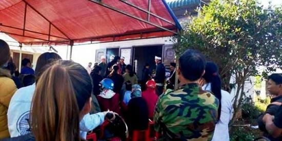 Vụ thi thể cháy đen trong ô tô bán tải ở Đắk Nông: Dòng người xót thương tiễn đưa nạn nhân xấu số - Ảnh 2