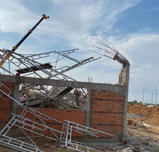 Hiện trường ngổn ngang sau vụ sập tường, ít nhất 10 người tử vong tại Đồng Nai - Ảnh 9