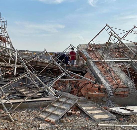 Hiện trường ngổn ngang sau vụ sập tường, ít nhất 10 người tử vong tại Đồng Nai - Ảnh 3