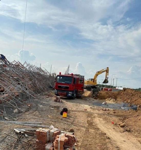 Hiện trường ngổn ngang sau vụ sập tường, ít nhất 10 người tử vong tại Đồng Nai - Ảnh 4
