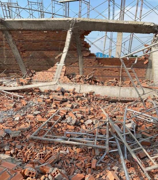 Hiện trường ngổn ngang sau vụ sập tường, ít nhất 10 người tử vong tại Đồng Nai - Ảnh 5