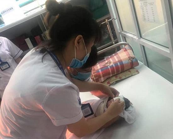 Sản phụ vỡ ối, đang đến viện thì tắc đường, nhân viên CDC Hà Nội đỡ đẻ ngay trên taxi - Ảnh 2