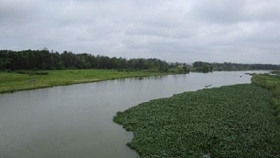 Hà Nội: Hoảng hồn phát hiện thi thể nam thanh niên mặc áo xanh nổi trên mặt sông - Ảnh 1