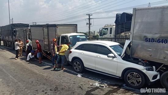11 ô tô tông nhau liên hoàn tại quốc lộ 1A, 1 người bị thương, nhiều xe biến dạng - Ảnh 4