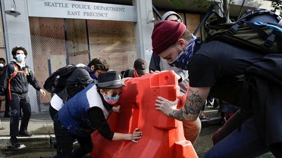 Người biểu tình tại Mỹ chiếm đồn cảnh sát, kéo đổ tượng nhà thám hiểm Christopher Columbus - Ảnh 1