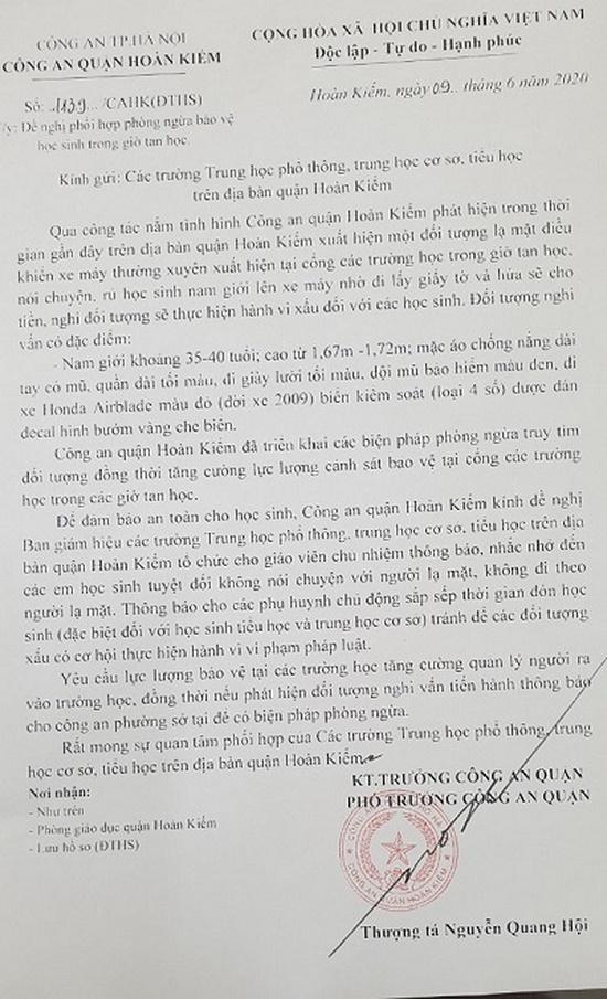 Công an quận Hoàn Kiếm cảnh báo về người đàn ông bí ẩn chuyên rủ rê nam sinh ở cổng trường học - Ảnh 1
