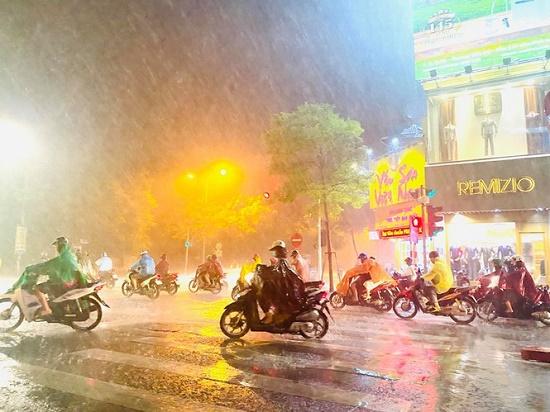 """Hà Nội đón """"mưa vàng"""" giải nhiệt sau chuỗi ngày nắng nóng kinh hoàng - Ảnh 10"""