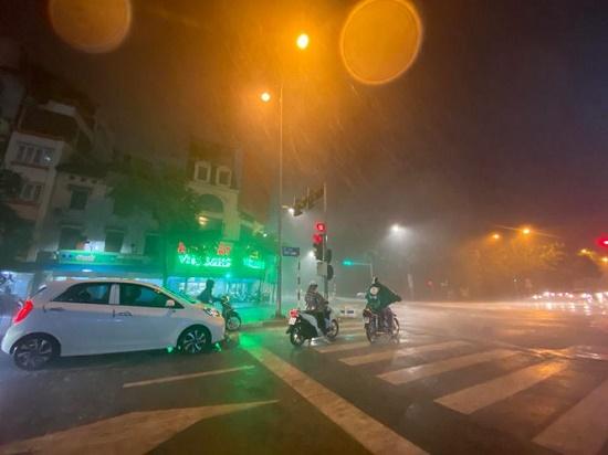 """Hà Nội đón """"mưa vàng"""" giải nhiệt sau chuỗi ngày nắng nóng kinh hoàng - Ảnh 11"""