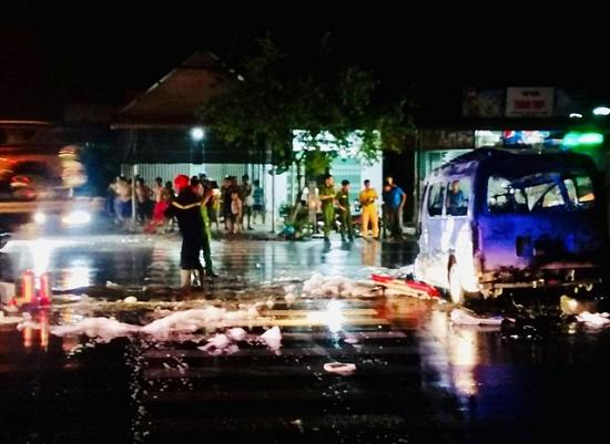 Xe cấp cứu lao vào dải phân cách bốc cháy ngùn ngụt trong đêm, 7 người bị thương nặng - Ảnh 2