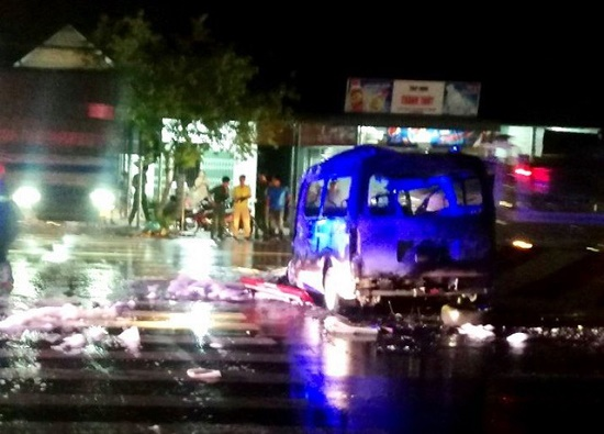 Xe cấp cứu lao vào dải phân cách bốc cháy ngùn ngụt trong đêm, 7 người bị thương nặng - Ảnh 1