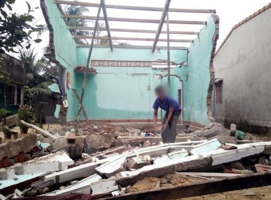 Bức tường bất ngờ đổ sập sau cơn giông lốc, bé trai 3 tuổi tử vong, mẹ bị thương - Ảnh 1