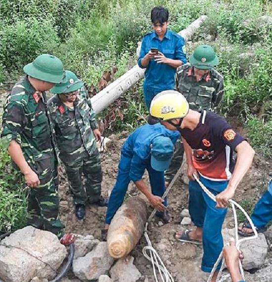 """Phát hiện bom """"khủng"""" dài 1,2m nặng 350kg còn nguyên kíp nổ trong khu vực trại giam - Ảnh 1"""