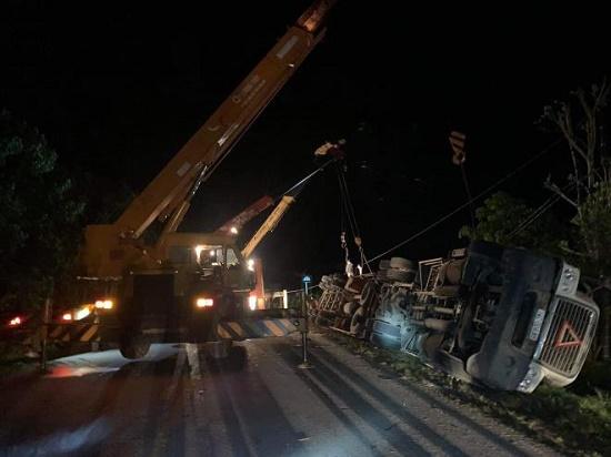 Quảng Ninh: Xe Limousine bị container đè bẹp dúm trong đêm, 3 người tử vong - Ảnh 1