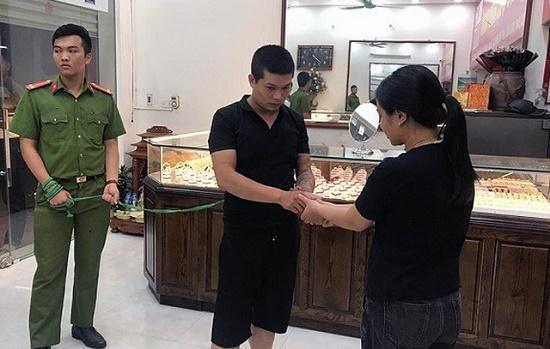"""Vụ cướp tiệm vàng ở Mễ Trì: Công an làm rõ vai trò của người phụ nữ """"bí ẩn"""" - Ảnh 1"""