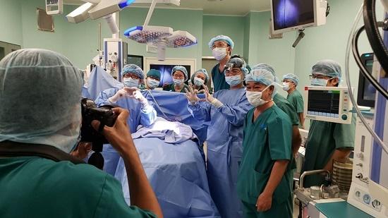 Giải mã chi tiết gây chú ý trên trán cặp song sinh dính liền trong ca đại phẫu thuật - Ảnh 5